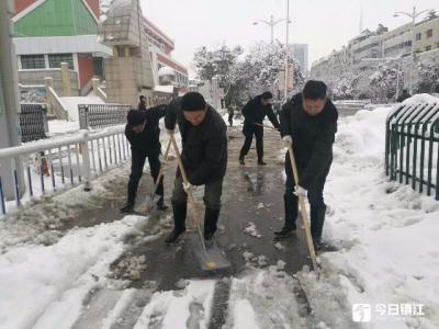丹阳党群齐联动 铲雪除冰保路畅