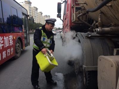 重型罐车突然冒烟,两民警发现奋力施救保住全车