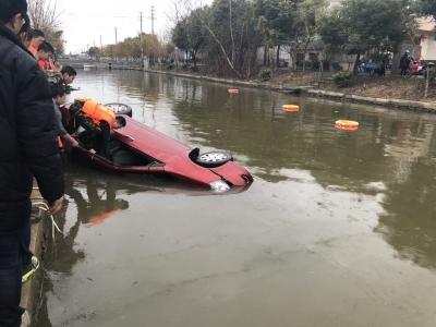 粗心车主忘拉手刹,汽车倒遛入水