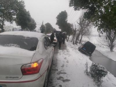 镇江暴雪3000多辆车受损,估损金额近2000万元