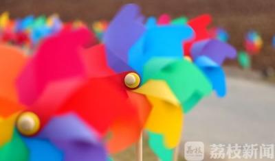 """太美了!句容百米""""七彩风车长廊""""演绎童话世界"""