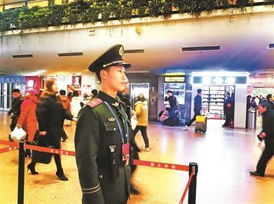 北京西站执勤武警目送未婚妻归乡 含泪对视3分钟