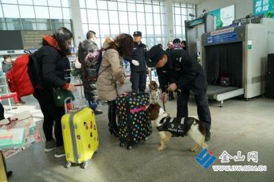 镇江火车站迎来返程高峰,警犬助阵保平安