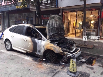 镇江弥陀寺巷疑似放鞭炮迎财神引燃轿车,车头完全烧毁