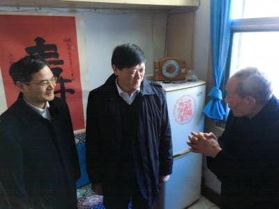 省政协副主席胡金波 来镇走访慰问老党员