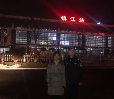 除夕夜,南京女子负气半路下车迷路,镇江民警护送至火车站平安回家