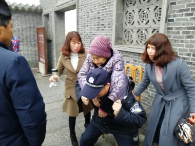 八旬老人景区游玩晕倒 ,句容民警背着送往医院