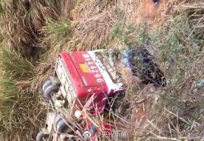 江西一超载客车侧翻致10人遇难 核载19人实载32人