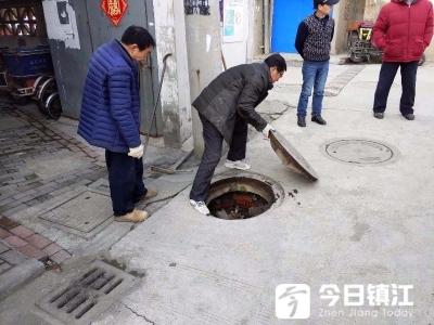 小区窨井盖下沉 居民怕被绊倒 社区及时来维修