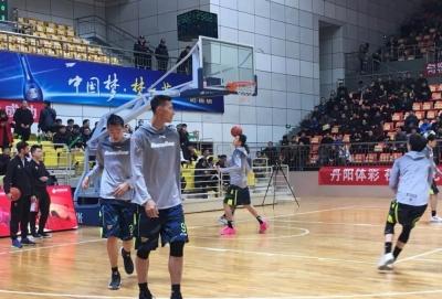 小科比易建联来丹阳了 季后赛热身赛江苏107-109惜败广东
