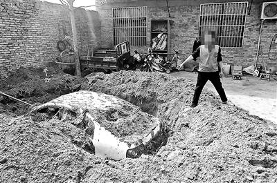 这个解决办法真不咋地—男子肇事逃逸 连夜挖坑埋车