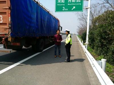 半路没了油司机着急 警察出了手及时解困