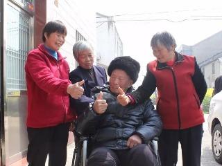 看!丹阳吕城镇这位老人101岁了还能穿针  身体这么硬朗全靠三个孝顺儿媳