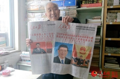 """浙江诸暨:耄耋老人30年收藏2万余份报纸 想带年轻人""""穿越时空""""看两会"""