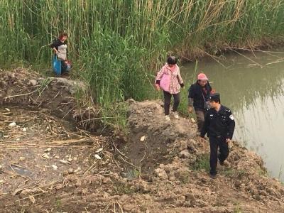 江心洲5名妇女采摘粽叶被困江滩,民警及时救援终脱险
