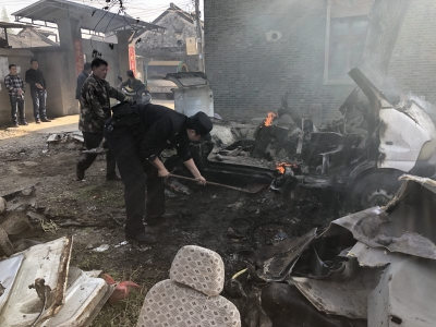 刚刚!新区一男子切割废旧面包车引发大火 用水灭火险酿大祸