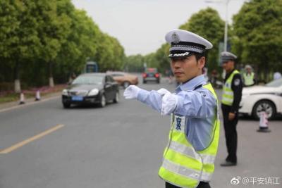 你们为爱豆鼓掌呐喊,警察蜀黍在场外为你们保驾护航