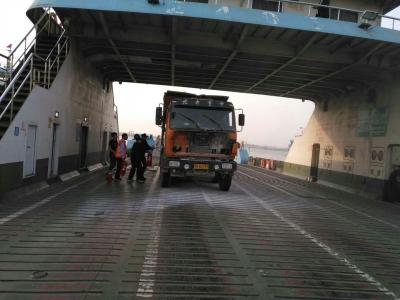 渡船上货车两度自燃 汽渡工作人员神勇出击两次扑灭