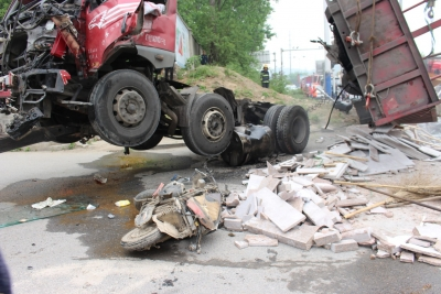 小货车突然变道停车等红灯,后方半挂车避让不及连撞4车,致1死2伤