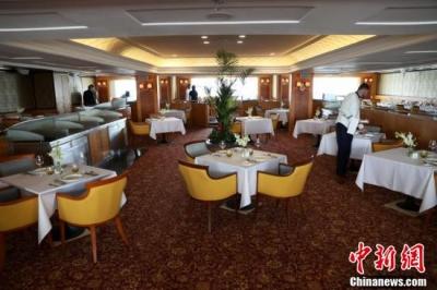 """在迪拜停靠十年 世界著名邮轮变身""""漂流酒店"""""""