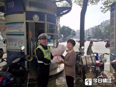 老辅警指挥交通敬业辛苦,女市民早高峰献花感谢!