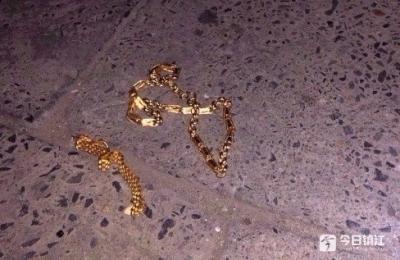 """视频   深夜,""""光头男""""银楼内抢了两根金链就跑……"""