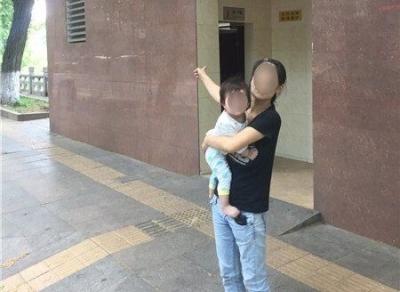 这个妈妈竟带着不到1岁的女儿,躲到公厕吸冰毒!