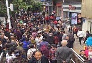 重庆一广告牌掉落街头致1死5伤 事故原因正调查中