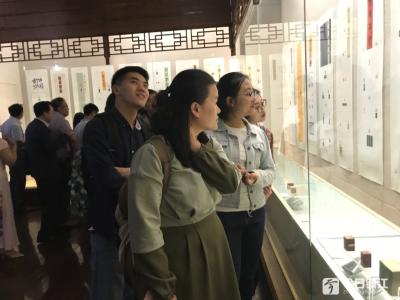 全国篆刻大赛获奖作品在镇江市博物馆开展,现场为获奖者颁奖