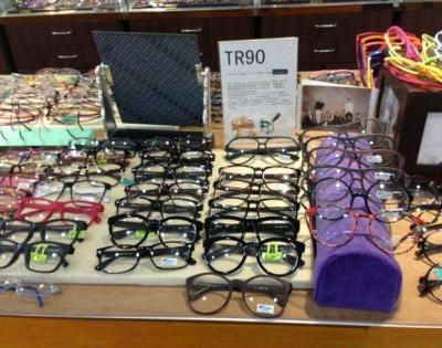 进价几十元卖几百元 消费者抱怨眼镜高利润却别无选择
