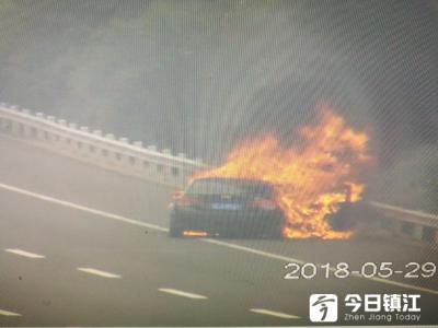 沪宁高速一轿车自燃,现场燃起熊熊大火,曾发生两次爆炸!
