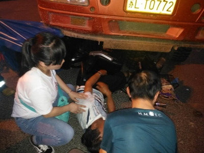 (视频)老人被压卡车下,急救人员高温下施救一个小时