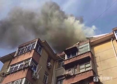 视频 | 贺家弄一居民楼楼顶发生火灾 事发前在做防水工程