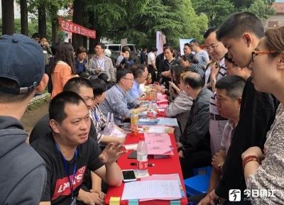 """镇江中考招生咨询会在四中举办,万名家长来现场""""取经"""""""