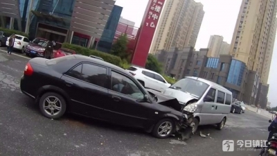 亲兄弟闹情绪开车互撞 幸运的是两人受了轻伤