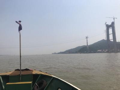 长江五峰山水域封航 37米高跨江电缆进行拆除施工