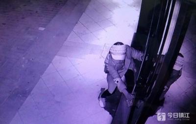 盗窃沿街门店上百起 两名落网女子用的是最简单粗暴的方式