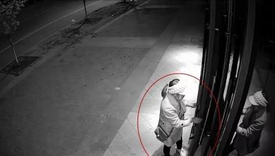 """两女贼徒手拉脱门把手盗窃,方法""""简单粗暴"""",结局没有意外"""