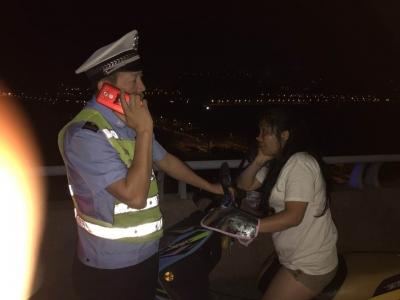 镇江一醉酒女子骑电动车上高速,车子没电被困润扬大桥