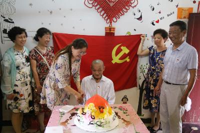 风车山社区为90岁建国前老党员庆生