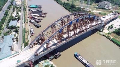 连镇铁路跨京杭运河特大桥钢管拱合龙 两根钢管就重355吨