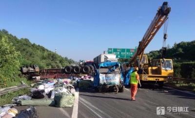 大货车高速上冲过隔离栏翻在对面车道 造成两人受伤,路过司机惊险逃过一劫