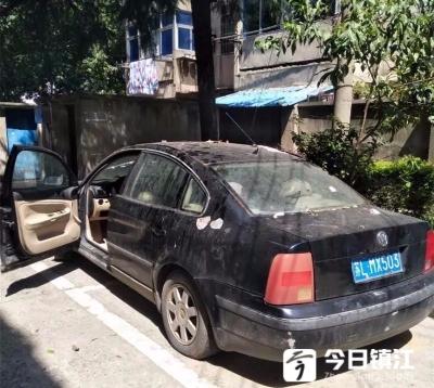 """丹阳一小区有辆""""僵尸车""""占用车位,车辆已被交警拖移"""