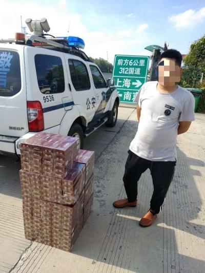 """镇江警方查处占用应急车道行为时,还有了""""意外收获"""""""