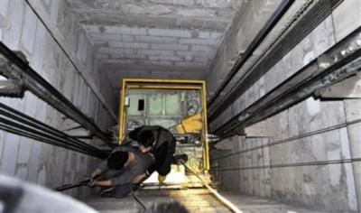 市民看房时坠入空置电梯井, 房产公司是否应该赔偿?