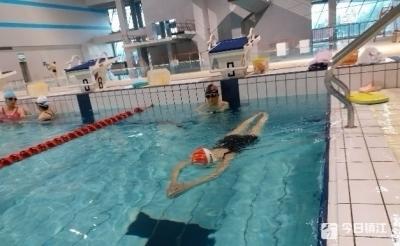 """防身健体出去玩不慌 这波学游泳的""""姿势""""还挺多"""