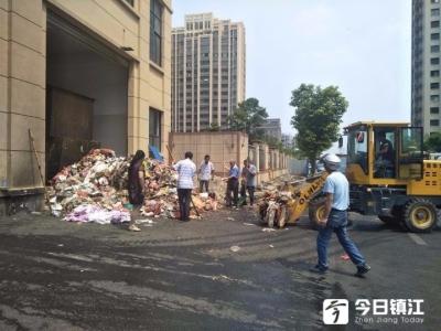 丹阳一女子误将手机装进垃圾袋扔掉  环卫工翻遍三吨垃圾帮其找回