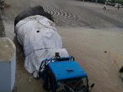 货车上汽渡时刹车失灵 司机慌不择路冲入江中