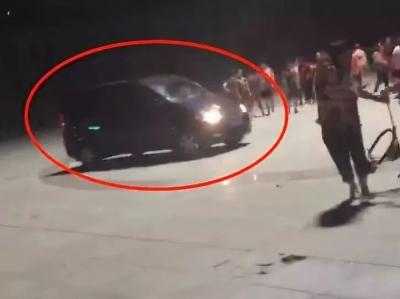 """""""再扰民直接撞死!"""" 一男子开车恐吓广场舞大妈,被行拘5日"""