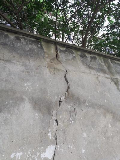 """市实验小学老围墙成""""危墙""""——安全隐患令人忧,市民期盼早整修"""